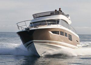 Sejlende motorbåd med pæn bundmaling